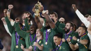 Siya Kolisi, capitán de los 'Springboks', levanta la Copa Webb Ellis que acredita a Sudáfrica como campeón del mundo de rugby, en Yokohama, Japón, el 2 de noviembre de 2019.