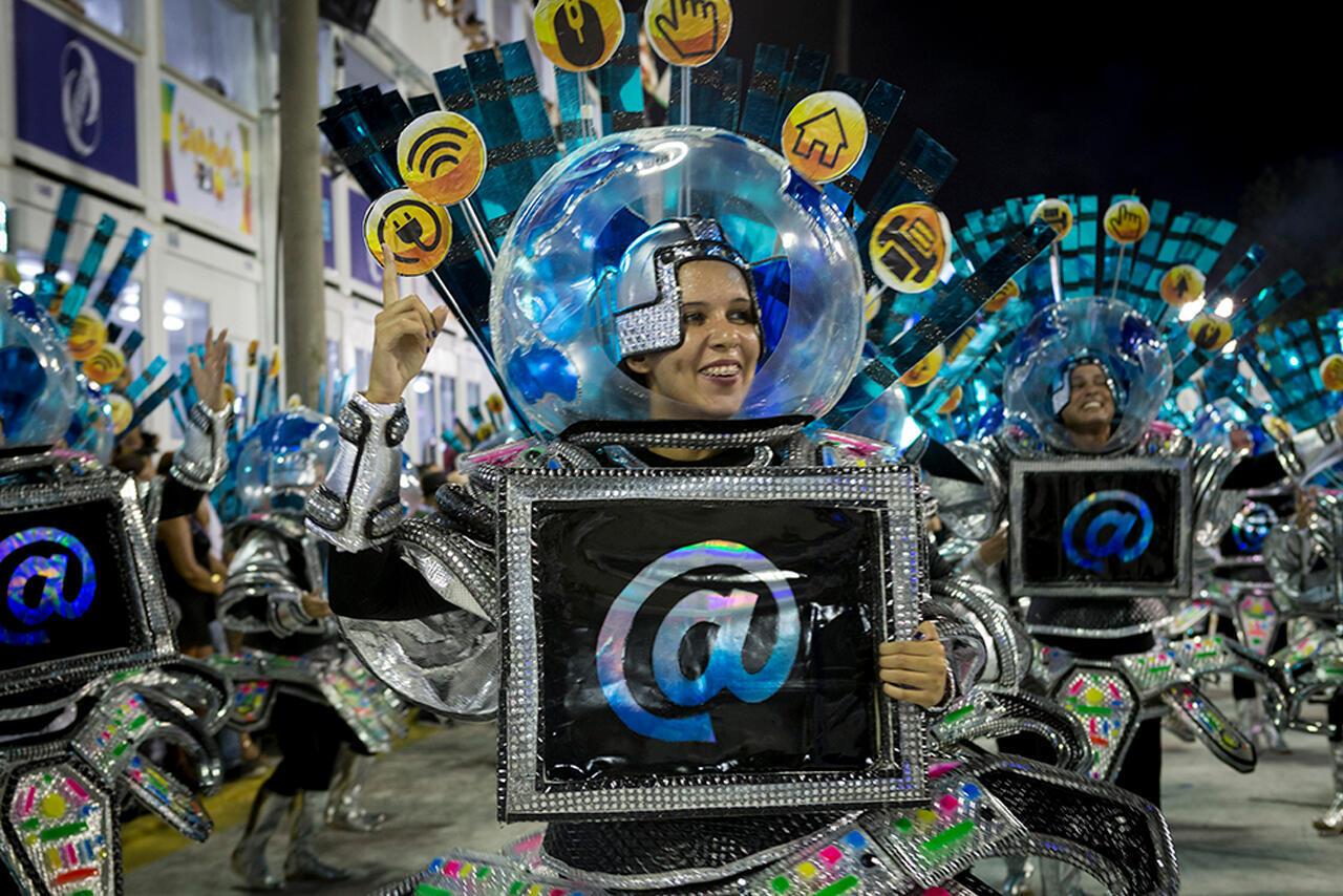 Los carnavalescos (directores artísticos y escenógrafos) son artistas multifacéticos que imprimen una identidad visual original a las escuelas de samba...