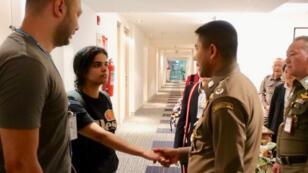 Rahaf Mohammed Al-Qunun, la joven saudita que viajó a Tailandia escapando de su familia, esta acargo de la ACNUR a la espera de pedir asilo en un tercer país que podría ser Australia, la foto data en un hotel dentro del aeropuerto de su estadia en un hotel dentro del aeropuerto Suvarnabhumi en Bangkok, Tailandia, el 7 de enero de 2019.