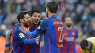 اندريه غوميش ولويس سواريز وليونيل ميسي يحتفلون بالتسجيل لبرشلونة في مرمى لاس بالماس برشلونة السبت 14 ك2/يناير 2017