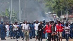 Protesters and police clash in Bujumbura on April 26