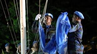 Cascos azules de la Minustah arrían la bandera, símbolo del fin de la misión.
