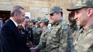 رجب طيب أردوغان مصافحا عناصر من الجيش التركي في 19 أيار/مايو 2016.