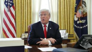 El presidente de EE. UU., Donald Trump, se sienta en su escritorio en la Oficina Oval de la Casa Blanca en Washington, el 22 de diciembre de 2017.
