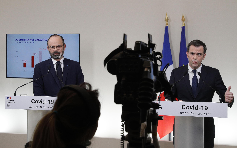 Le Premier ministre Édouard Philippe (à gauche) et le ministre de la Santé Olivier Véran lors d'une conférence de presse conjointe, le 28 mars 2020 à Paris.