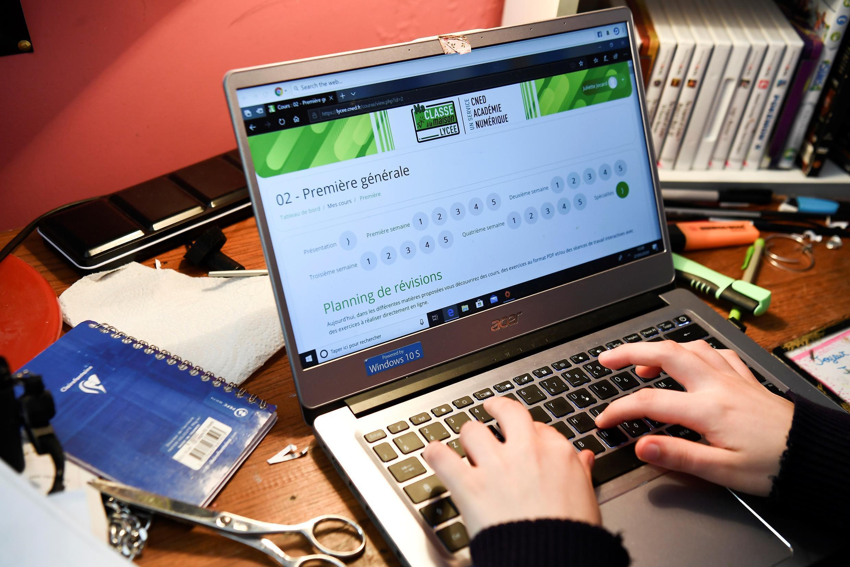 Un lycéen effectue ses devoirs en ligne avec le CNED (Centre national d'éducation à distance)