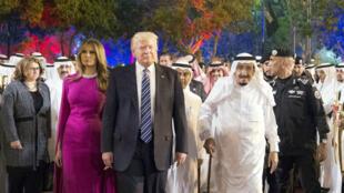 Le président Trump et sa femme Melania aux côtés du roi saoudien Salmane ben Abdelaziz al-Saoud.