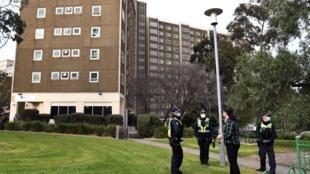 الشرطة تتولى حراسة أحد المجمعات السكنية التي فرض عليها الحجر في ملبورن في 6 تموز/يوليو 2020.