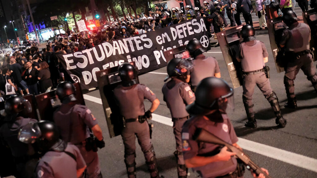 Policía antidisturbios se ubica frente a una protesta estudiantil contra las políticas educativas de Jair Bolsonaro en Sao Paulo, Brasil, el 23 de mayo de 2019.