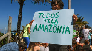 Manifestation de l'organisation Greenpeace, le 27 août à Rio de Janeiro, contre le projet de supprimer la réserve amazonienne.