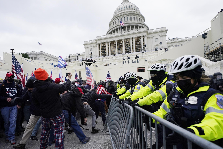 Les forces de police qui protègent le Capitole sont rapidement dépassées par les manifestants.