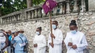 Los clérigos cristianos encabezan la procesión del Vía Crucis durante la Semana Santa, en Puerto Príncipe, Haití, el 2 de abril de 2021.