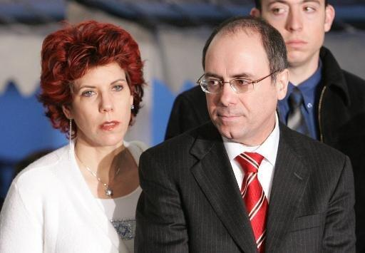 وزير الداخلية الإسرائيلي سيلفان شالوم مع زوجته جودي في صورة تعود إلى العام 2005