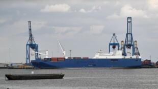 El barco de carga saudita Bahri Yanbu se ve amarrado en los muelles del puerto de Tilbury, en Essex, el 7 de mayo de 2019.