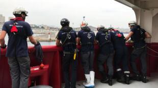 Des membres de l'équipe de l'Ocean Viking dans le port de Marseille, le 27août2019.