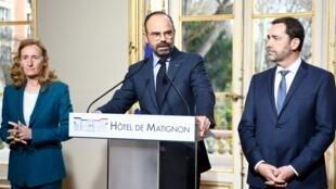 El primer ministro Édouard Philippe (centro), rodeado por el ministro del Interior Christophe Castaner y la ministra de Justicia Nicole Belloubet, el 18 de marzo de 2019.