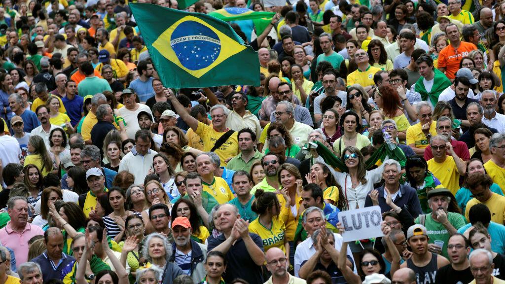 Manifestantes protestan contra el ex presidente de Brasil , Luiz Inácio Lula da Silva, después de ser liberado de la prisión, en Sao Paulo, Brasil , el 9 de noviembre de 2019.