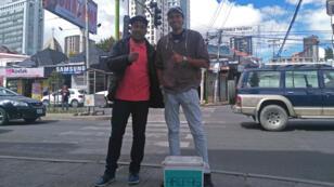 Los venezolanos Darnel Lucena (der) y Juan Romero (izq) conversan en el barrio de San Miguel, en la zona sur de La Paz. Ambos son migrantes que venden arepas para sobrevivir en Bolivia.