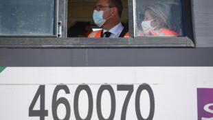Jean Castex et Barbara Pompili à bord d'un train lors d'une visite sur le site de transport combiné de Bonneuil-sur-Marne, dans le Val-de-Marne le 27 juillet 2020