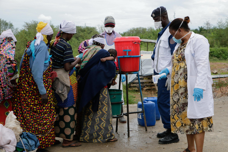 Des habitants du Burundi lavent leurs mains, lors de leur retour de la RDC, le 18 mars 2020.