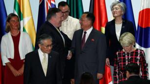 El secretario de Estado de EE. UU., Mike Pompeo, saluda al canciller norcoreano, Ri Yong Ho, en la última jornada de la cumbre de la ASEAN. 4 de agosto de 2018.