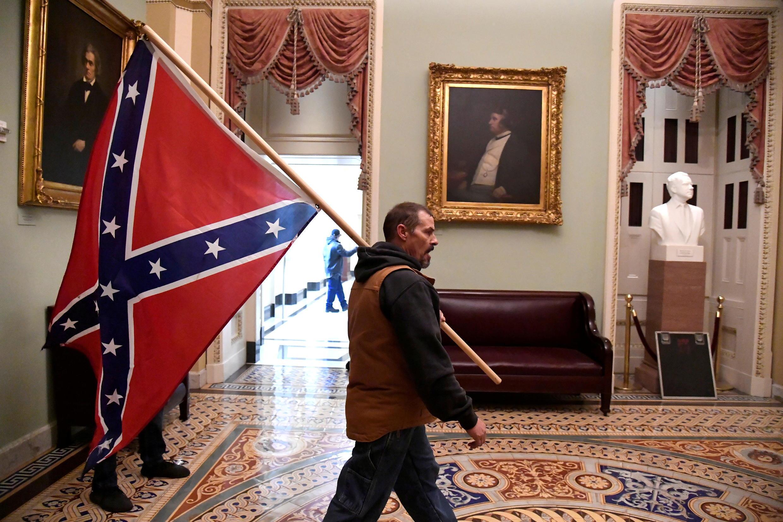 Le drapeau confédéré, souvent désigné comme un symbole des mouvements suprémacistes blancs, dans le Capitole