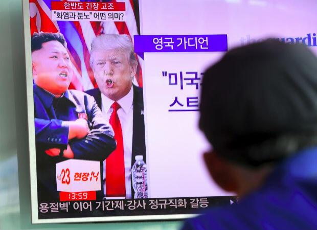 """Tras la elección de Donald Trump, las relaciones con Estados Unidos decayeron. El 8 de agosto de 2017, Trump amenaza con desencadenar """"el fuego y la furia como el mundo nunca ha visto"""" si Corea del Norte continúa su programa de armas. Un mes más tarde, Pyongyang realiza una sexta prueba nuclear."""