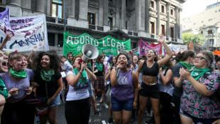 Manifestantes proaborto participan en una protesta frente al Congreso Nacional, mientras se debate un proyecto de ley sobre el aborto en Buenos Aires, Argentina, el 10 de abril de 2018.