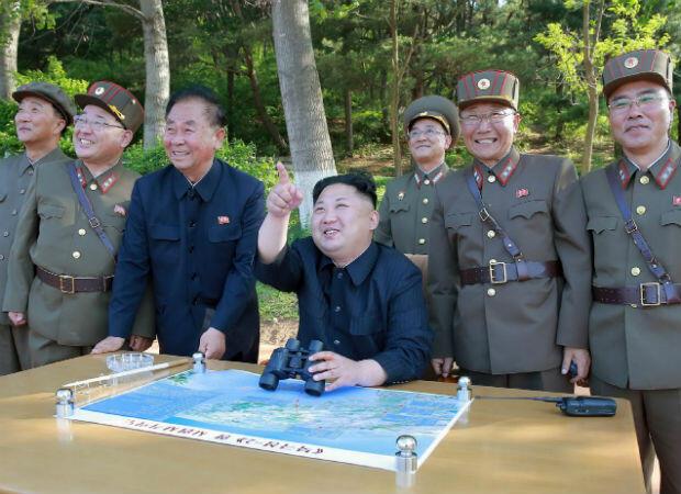Kim Jong-un es fotografiado inspeccionando una base militar y observando pruebas de misiles el 22 de mayo de 2017. Su ascenso al poder coincide con la aceleración del programa nuclear de Pyongyang y la renuncia a la condena internacional.