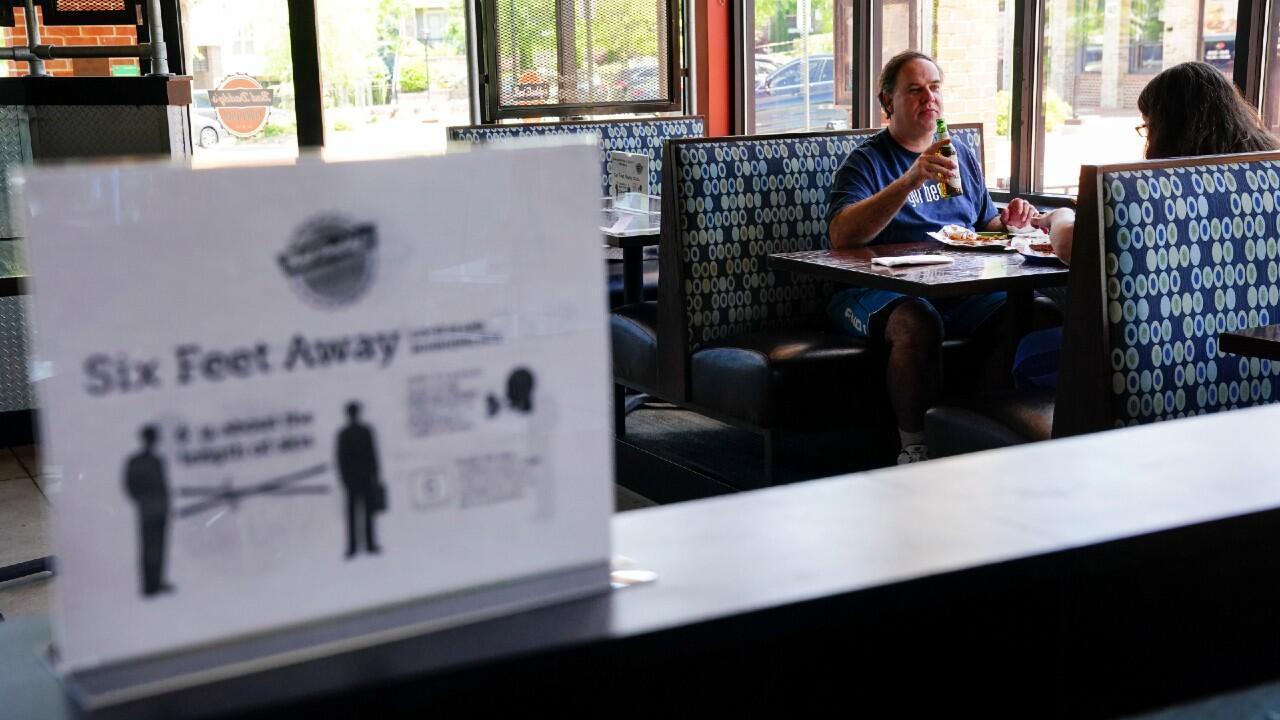 Clientes en un restaurante de Smyrna, en Georgia, uno de los estados que comenzó a reabrir su economía en Estados Unidos. 27 de abril de 2020.