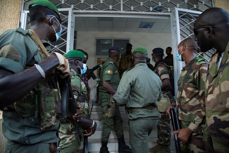 Des soldats maliens attendent Malick Diaw, le premier vice-président du Comité national pour le salut du peuple (CNSP), le 20 août 2020 à Bamako.