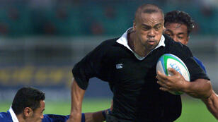 Jonah Lomu échappe aux plaquages de deux Samoans, le 14 septembre 1998 à Kuala Lumpur, lors de la demi-finale du Tournoi à sept de rugby des Jeux du Commonwealth.