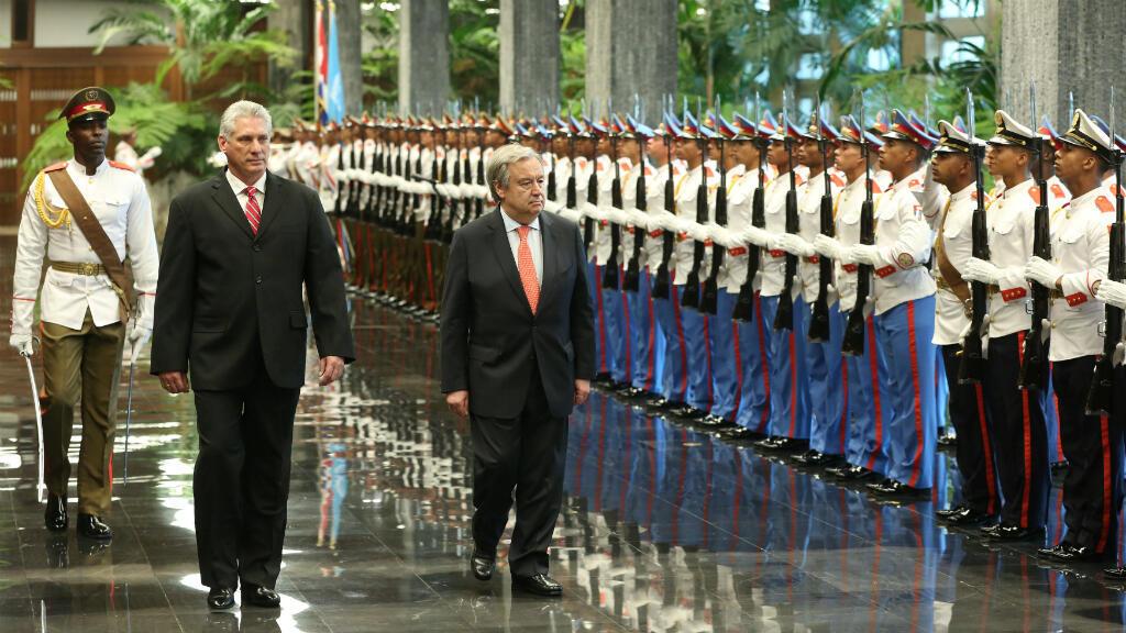 El presidente cubano Miguel Díaz-Canel y el secretario general de las Naciones Unidas, António Guterres, revisan la guardia de honor durante una ceremonia en el Palacio de la Revolución en La Habana, Cuba, el 7 de mayo de 2018.