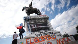 Manifestantes protestan durante una nueva jornada de movilizaciones contra del gobierno en Santiago (Chile).