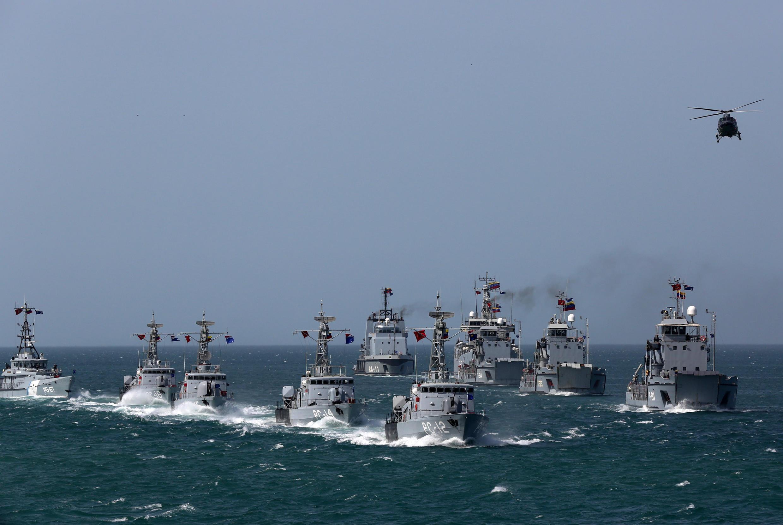 Venezuela dice que escoltará con fragatas como las de la foto a los buques petroleros que lleguen de Irán, a finales de mayo de 2020. La fotografía es un ejercicio naval de Venezuela en 2019.