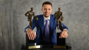 Stephen Curry, élu MVP de la saison 2015-16 de NBA à l'unanimité des 131 votants.