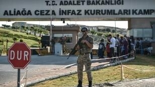 جندي تركي يتولى الحراسة أمام المحكمة في قضية القس الأمريكي أندرو برانسون شمال أزمير في 18 تموز/يوليو 2018