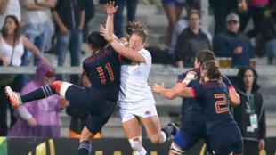 Choc entre la Française Shannon Izer (g) et la Britannique Lydia Thompson (d) lors de la demi-finale de la coupe du monde de Rugby.