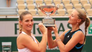 Timea Babos (à gauche) et Kristina Mladenovic ont remporté le tournoi Roland-Garros en double dames, le 9 juin 2019.