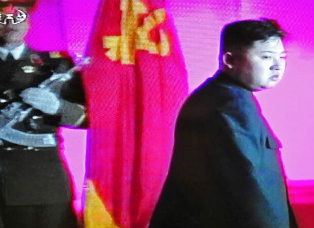 El mundo descubre al hijo y sucesor de Kim Jong-il, Kim Jong-un. Después de estudiar en Europa, el nuevo Kim parece al principio menos aislacionista que el anterior. Pero las esperanzas de un deshielo en las relaciones pronto dan lugar a la desilusión.