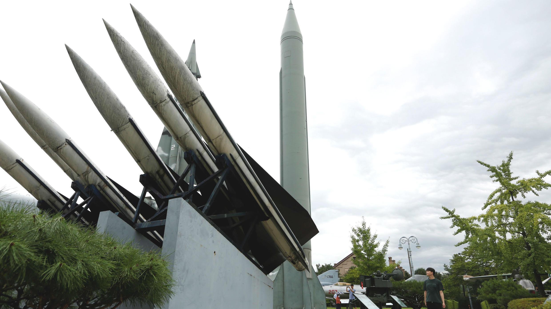 Un surcoreano contempla un misil balístico táctico de Corea del Norte en Seúl, Corea del Sur, el 31 de julio de 2019.