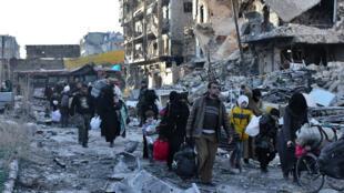 Des habitants d'Alep évacuent leur quartier, le 7 décembre 2016.