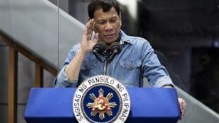 الرئيس الفلبيني رودريغو دوتيرتي يلقي خطابا إلى العمال الفلبينيين القادمين من الخارج الذين وصلوا من الكويت في مطار مانيلا الدولي بتاريخ 13 شباط/فبراير 2018