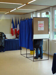 Un électeur choisit l'un des six candidats dans le bureau de vote de la Maison du Combattant, à Boulogne.