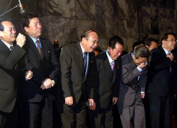 La muerte de Kim Jong-il en diciembre de 2011 conduce a una oleada de dolor a Corea del Norte. En el extranjero, el paso de Kim suscita muchas especulaciones sobre el futuro rumbo del estado recluso bajo su sucesor.
