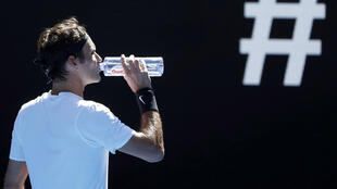 El suizo Roger Federer bebe agua en su partido contra el húngaro Márton Fucsovics en la edición del Abierto de Australia de 2018. 22 de enero de 2018.