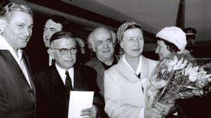 L'écrivaine féministe Simone de Beauvoir (à gauche) et son compagnon Jean-Paul Sartre.