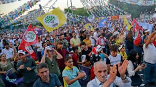 مؤيدون لحزب الشعوب الديموقراطي خلال تجمع في ديابكر في تركيا بتاريخ 22 تموز/يوليو 2019