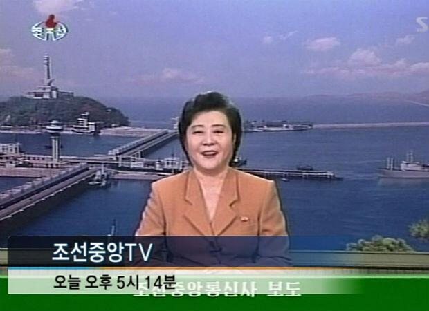 La primera prueba nuclear de Corea del Norte se anuncia en la televisión estatal el 9 de octubre de 2006. La presentadora pronto se convertirá en un rostro familiar para los espectadores de todo el mundo.