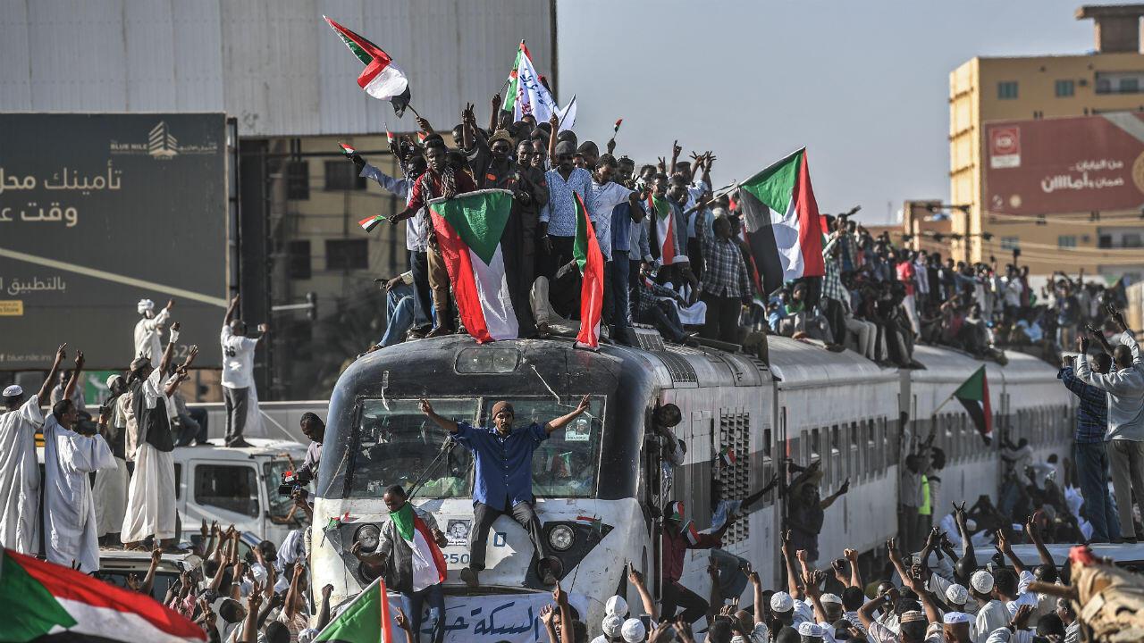 قطار قادم من عطبرة إلى الخرطوم للمشاركة في الاعتصام أمام مقر قيادة أركان الجيش السوداني - 23 أبريل/نيسان